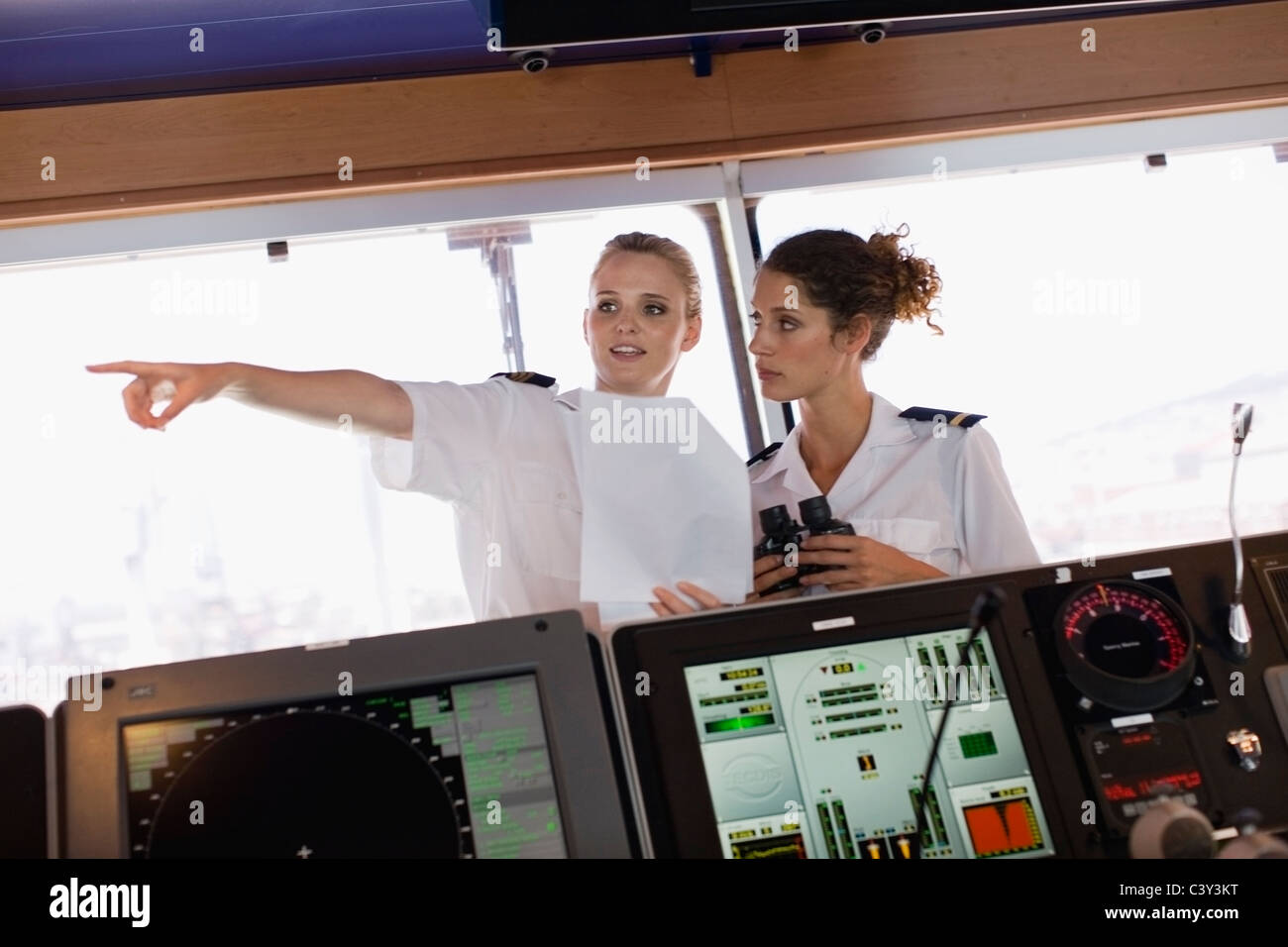 Zwei weibliche Matrosen auf Schiff Stockbild