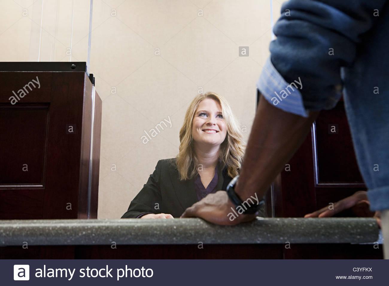 Kunde und Bank teller Stockbild