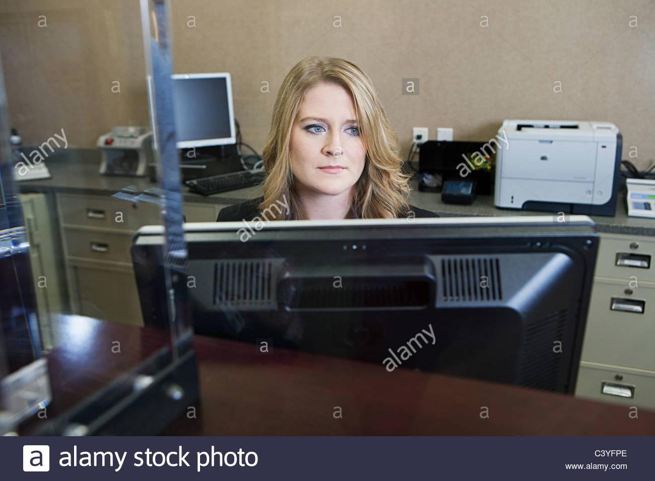 Kassierer in der Bank arbeiten Stockbild