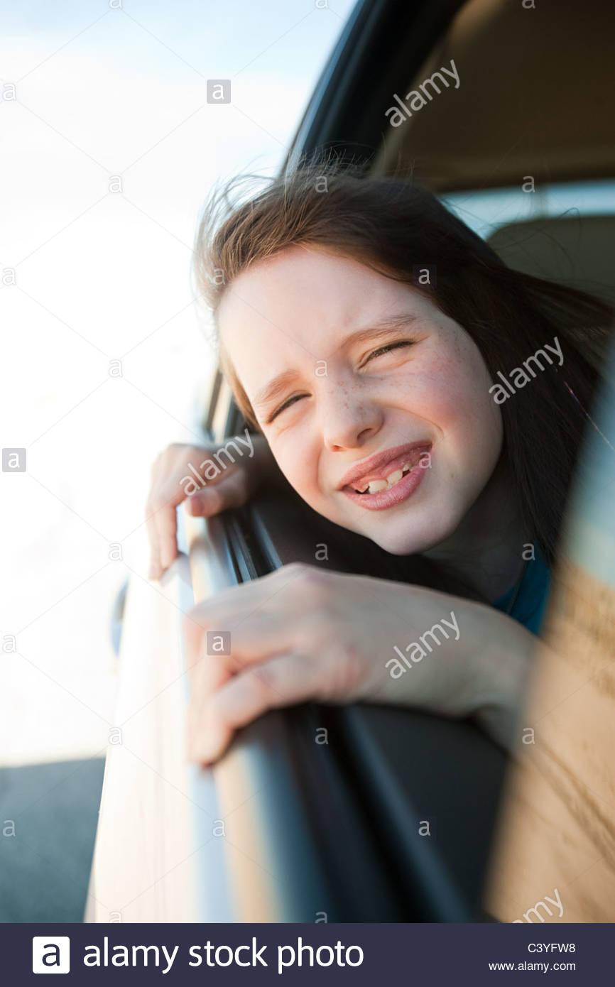 Mädchen aus Autofenster gelehnt Stockbild