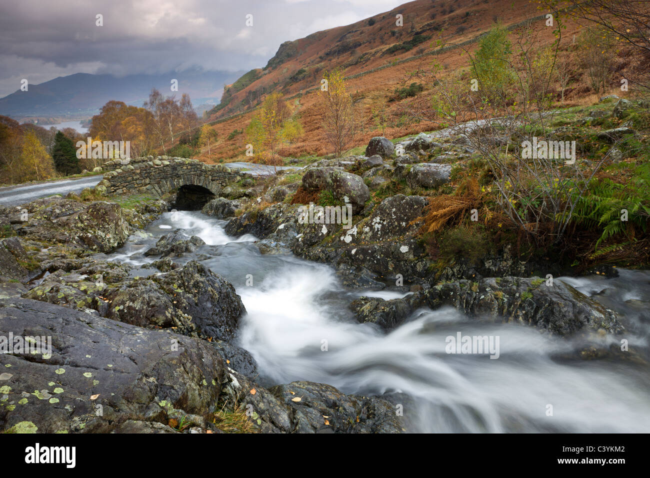 Barrow Beck fließt unterhalb der malerischen Ashness Brücke, Nationalpark Lake District, Cumbria, England. Stockbild