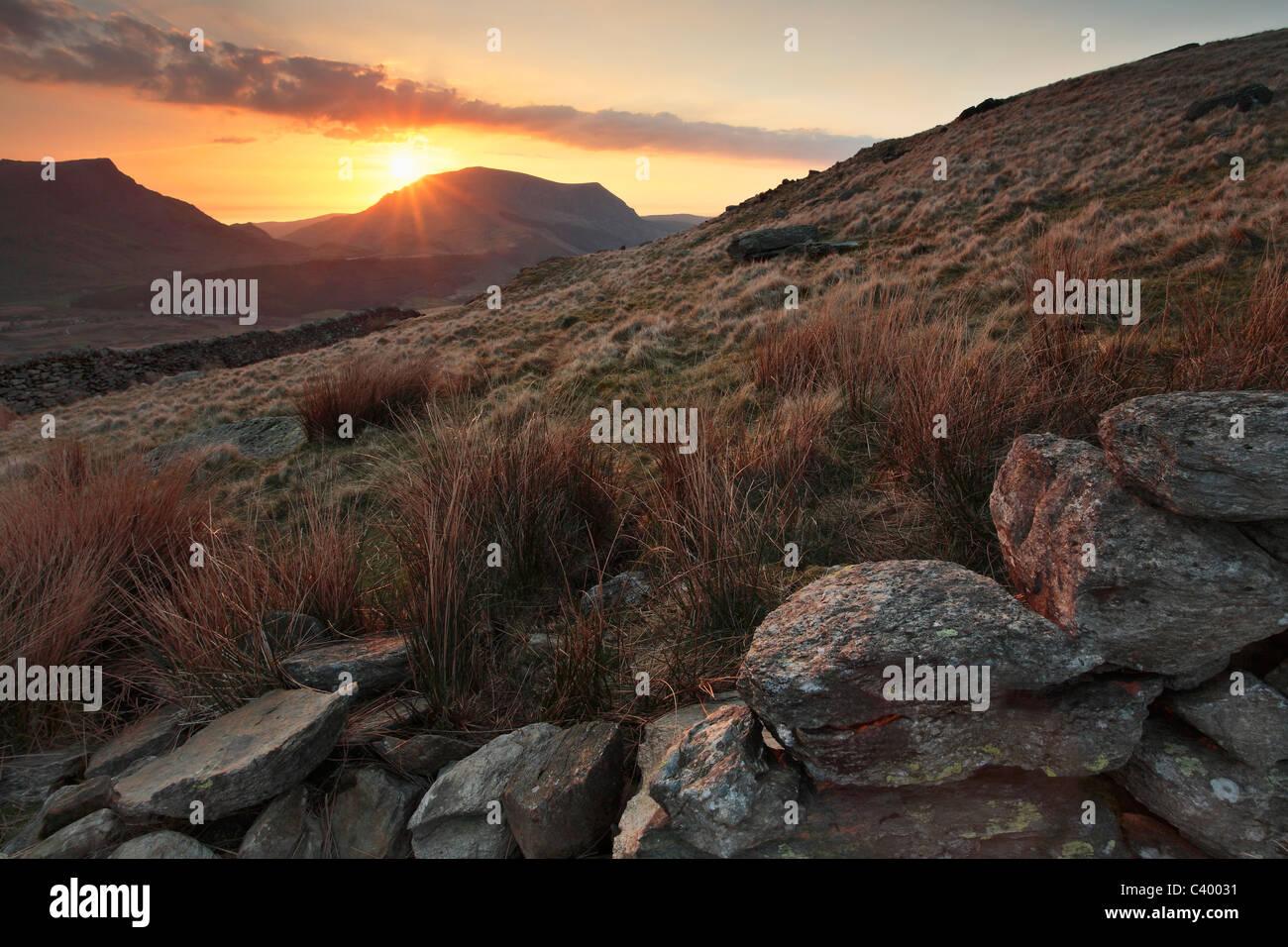 Sonnenuntergang hinter Craig Cwm Silyn aus der Snowdon Ranger-Pfad in der Nähe von Rhyd Ddu in Gwynedd, Wales Stockbild