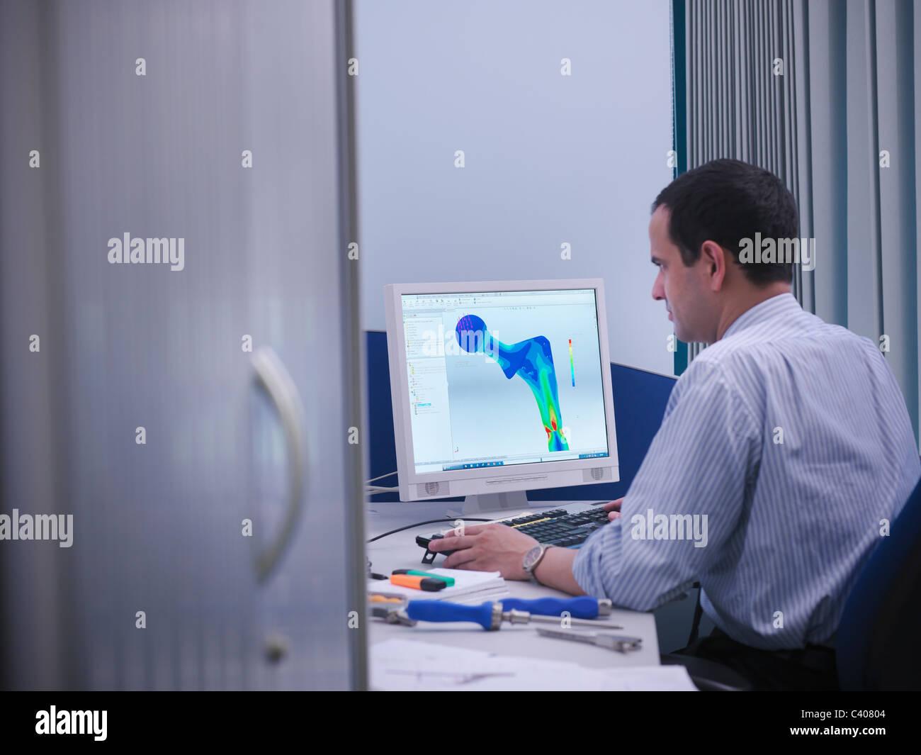 Arbeiter mit CAD-Zeichnung im Büro Stockbild