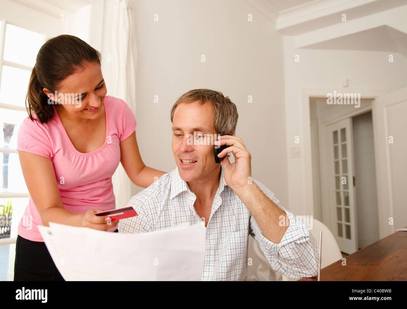 paar bezahlen rechnung mit kreditkarte stockfoto bild 36888695 alamy. Black Bedroom Furniture Sets. Home Design Ideas