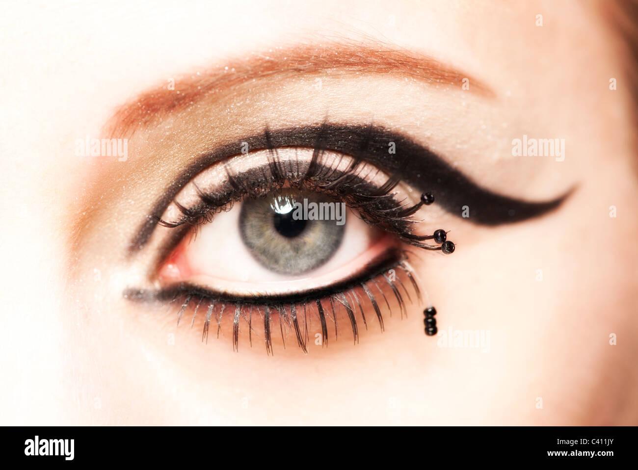 Nahaufnahme eines Auges mit falschen Wimpern Stockbild