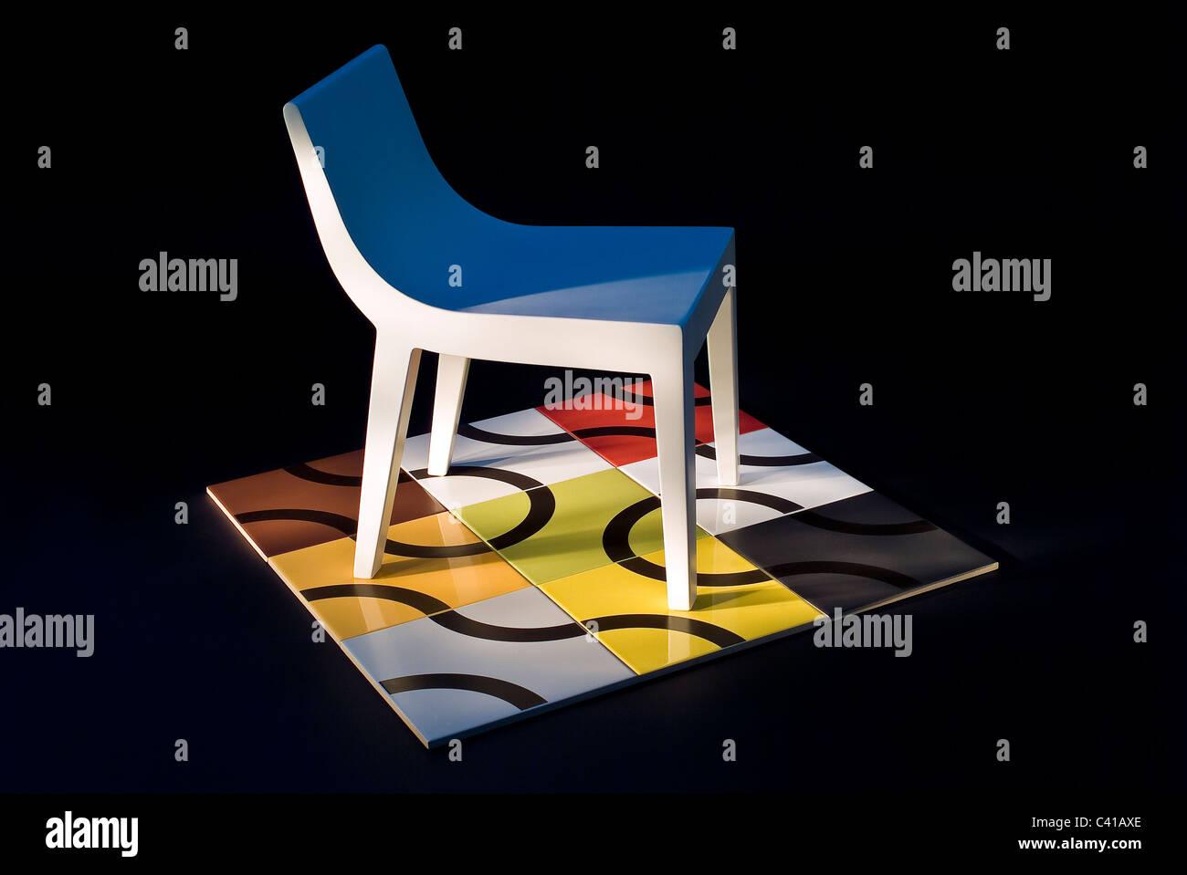 Moderne spanische Möbel-Design mit einem winzigen Plastikstuhl auf ...