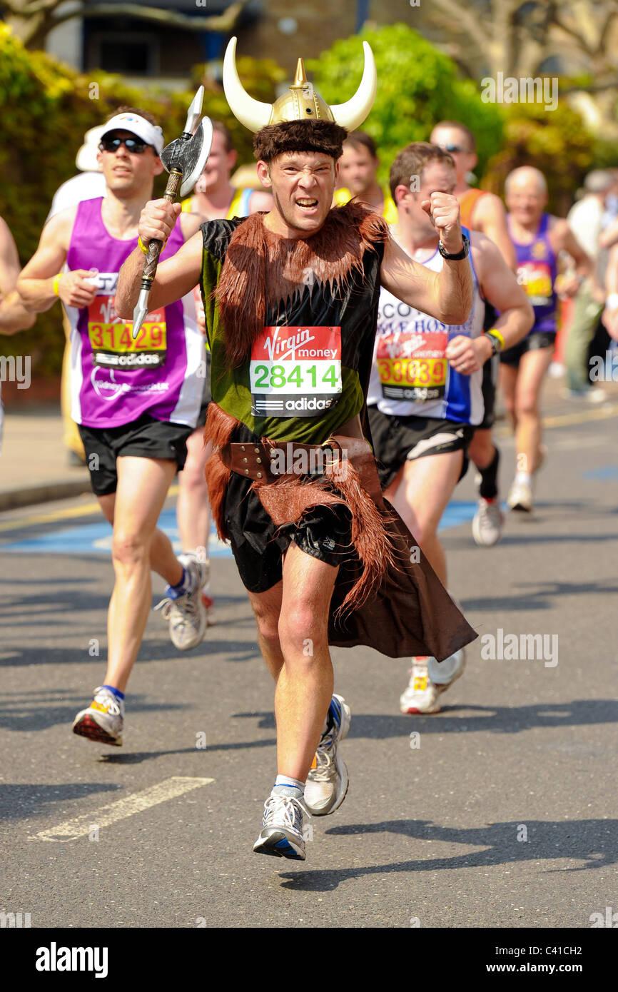 Läufer teilnehmen an die Jungfrau 2011 London-Marathon, gesehen hier bei 14 Meilen an einem sehr heißen Tag mit Stockfoto