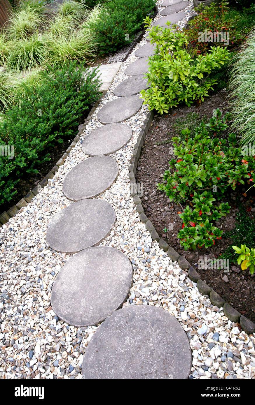 kies weg im garten, ein garten kiesweg mit runde trittsteine stockfoto, bild: 36919514, Design ideen
