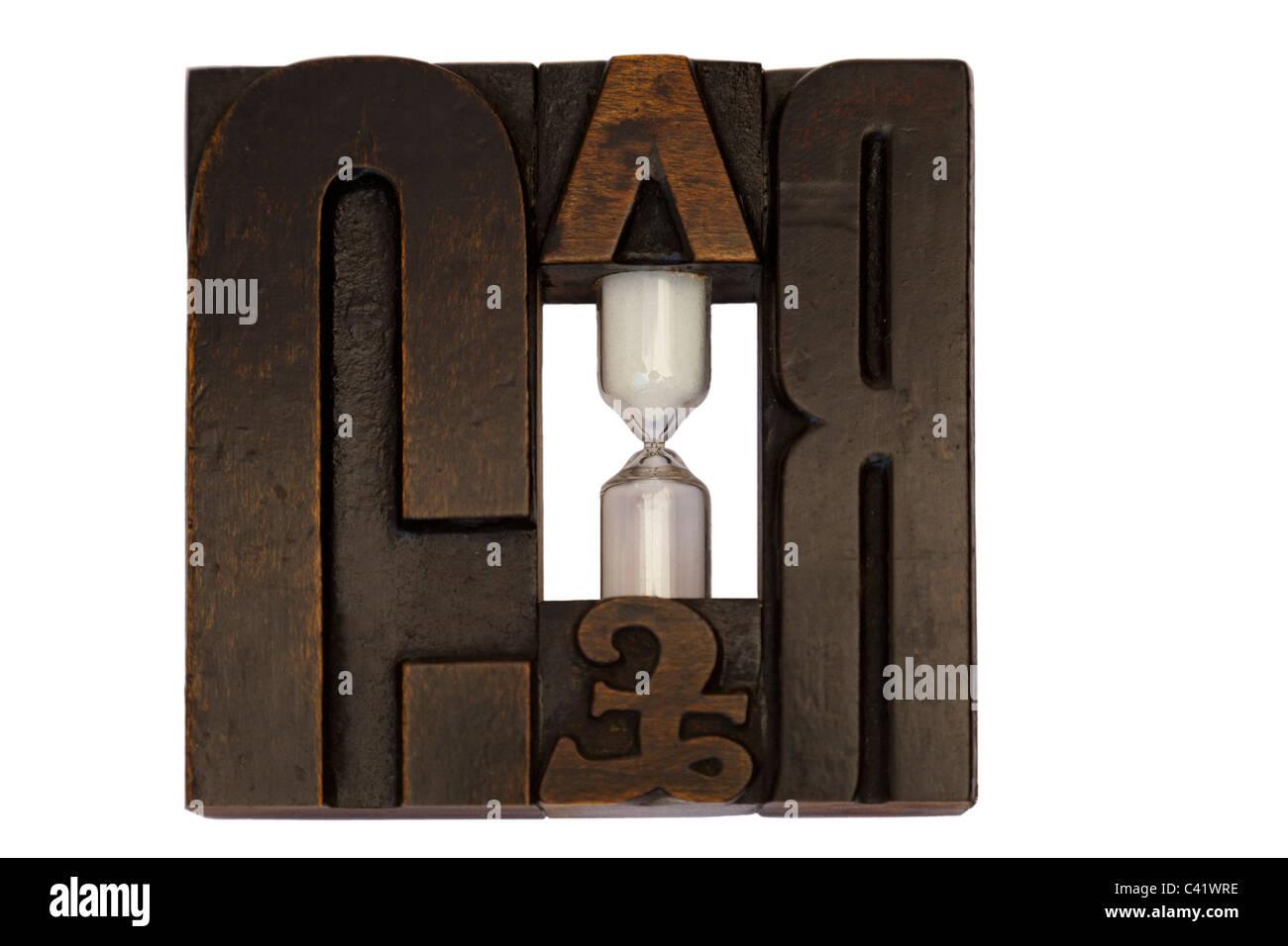 Alte hölzerne Drucke in eine Sanduhr Stand (England) Vieux Caractères d'imprimerie Recyclés En Stockbild