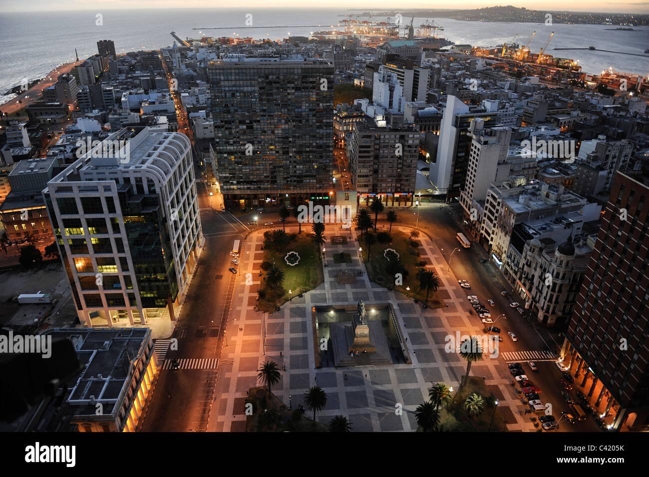 URUGUAY Montevideo Blick vom Palacio Salvo am Plaza de Independencia in den Hafen von Rio del La Plata Stockbild