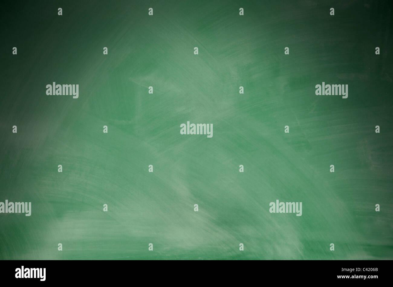 Grünen Tafel mit Radiergummi Marken drastisch von oben beleuchtet Stockbild