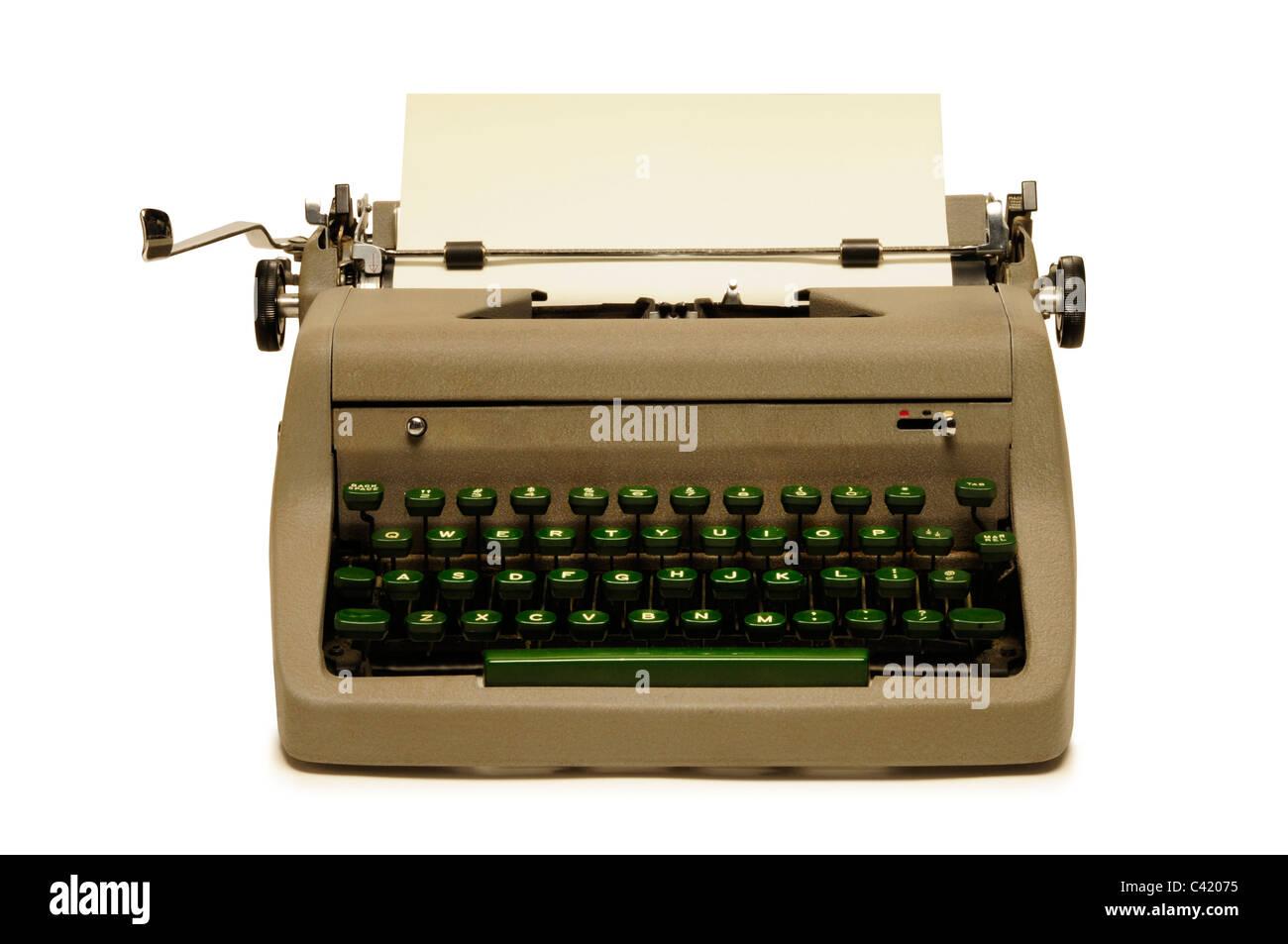Jahrgang der 1950er Jahre Reiseschreibmaschine auf weißem Hintergrund Stockbild