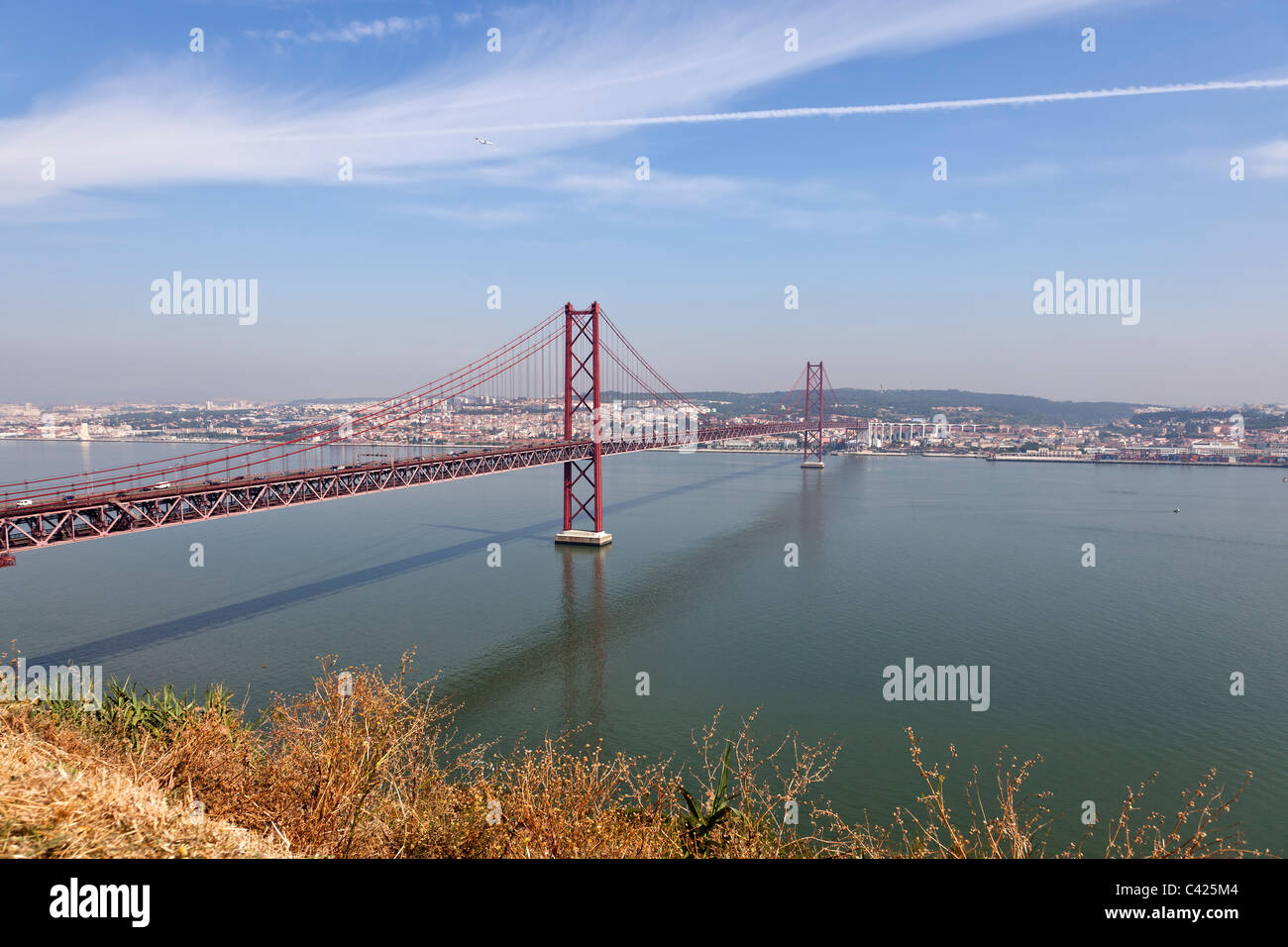 Lissabon Fluss 25 de abril hängebrücke lissabon portugal roter fluss lisboa