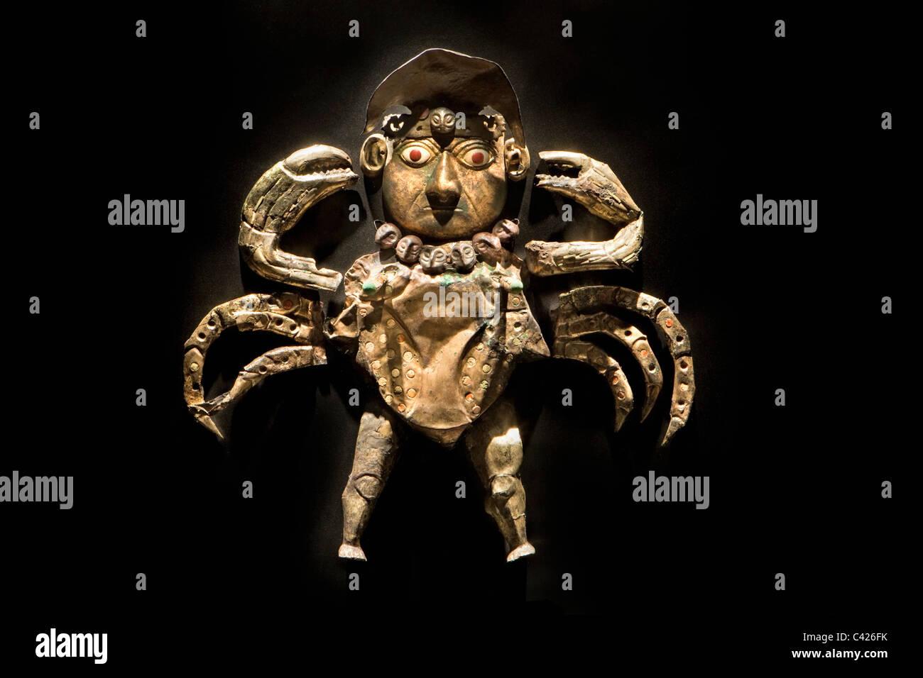 Ornamente im Grab des Herrn von Sipan gefunden. Übernatürliche Kreatur, ein Verbund aus Mann und Krabben, Stockbild