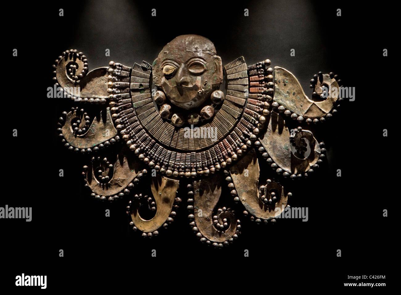 Lambayeque, Museum der Königsgräber von Sipan. Brustpanzer symbolisiert einen Oktopus, gefunden im Grab Stockbild