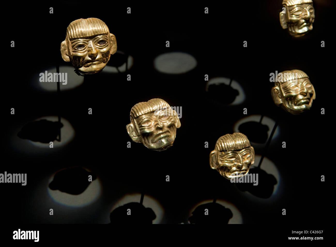 Peru, in der Nähe von Chiclayo, Lambayeque, Museum der königlichen Gräber von Sipan. Halskette gefunden Stockbild