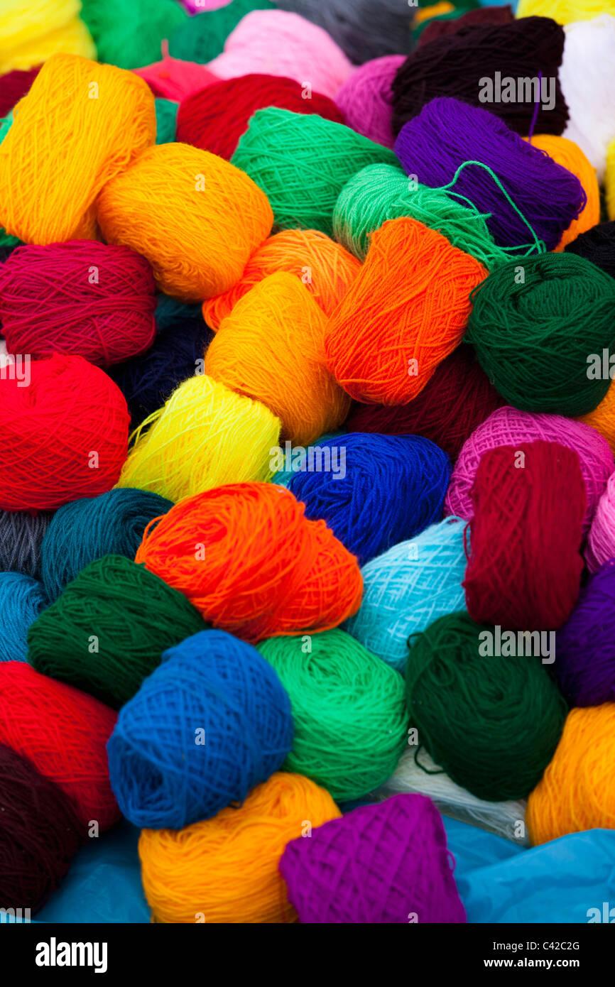 Peru, Huancarani, Wolle zum Verkauf auf Markt. Stockbild