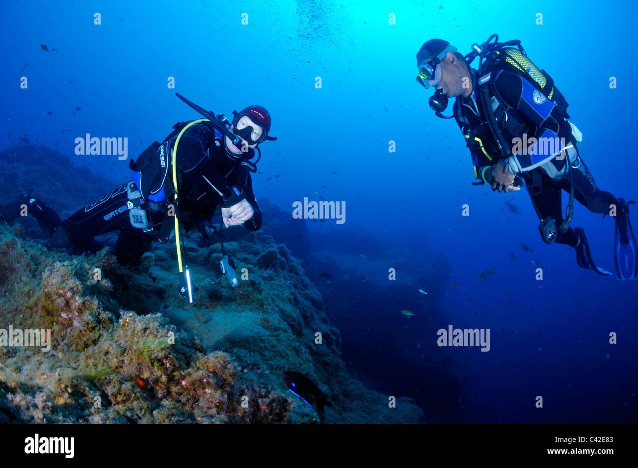 Taucher im tiefen Wasser absetzen, Lanzarote Stockbild