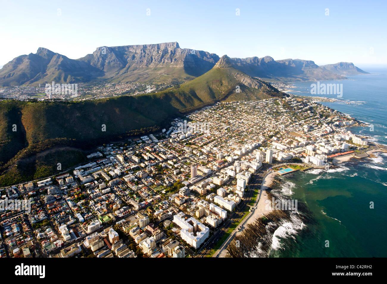 Luftaufnahme der Kapstadt Vororte von Sea Point, Fresnaye und Bantry Bay mit dem Tafelberg im Hintergrund sichtbar. Stockbild