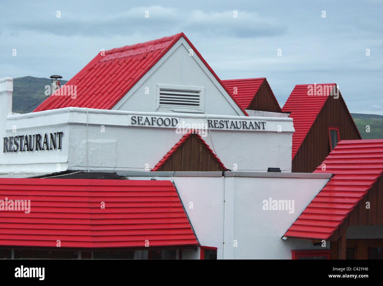 Roten Dächern und weißen Wänden ein Fischrestaurant in Fort William, Schottland, Großbritannien Stockbild