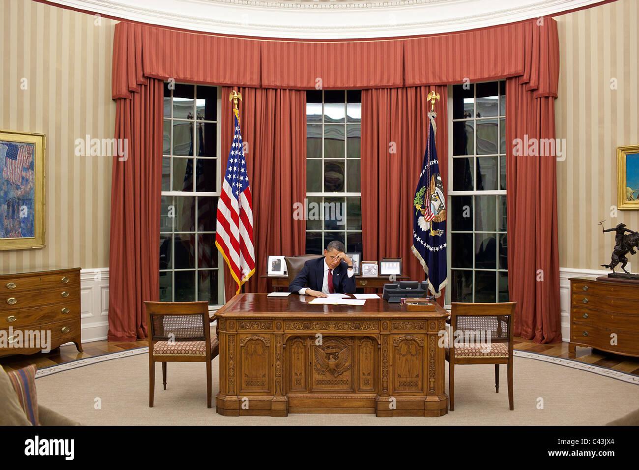 Präsident Barack Obama bearbeitet seine Bemerkungen im Oval Office vor einer Anweisung auf Osama bin Laden Stockbild