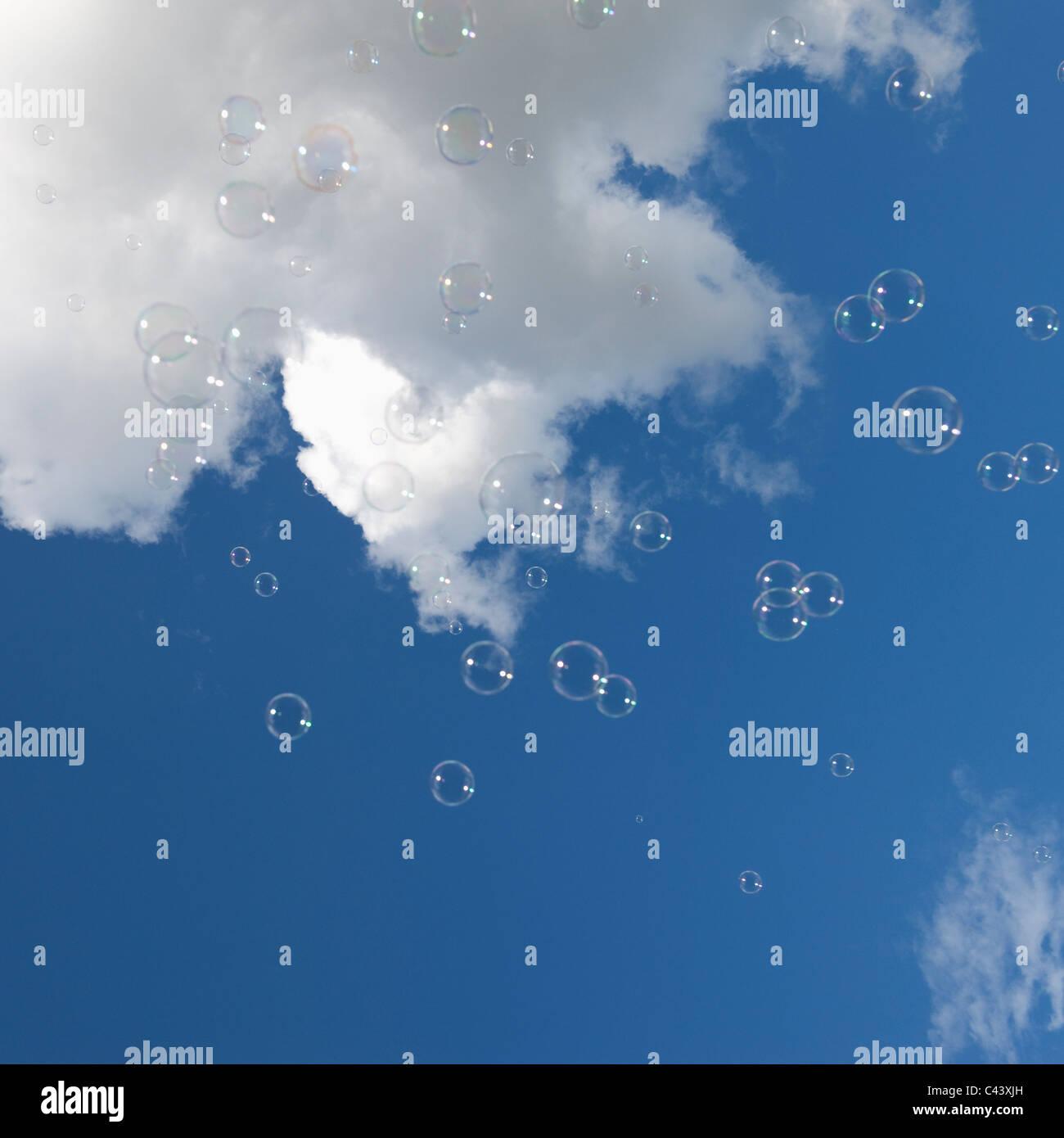 Luftblasen vor blauem Himmel mit weißen Wolken. Stockbild
