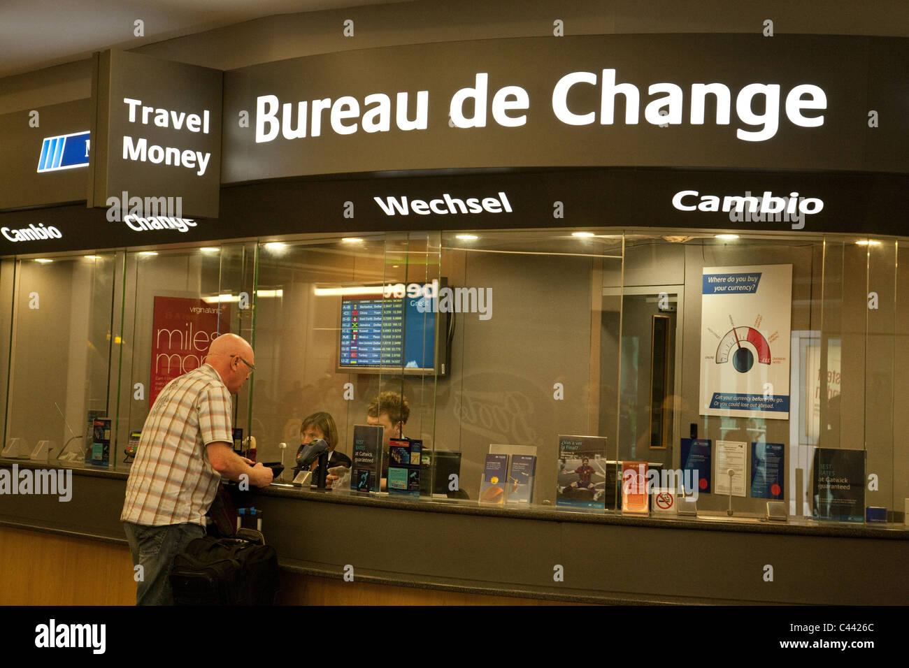 Ein reisender geldwechseln bei bureau de change nord