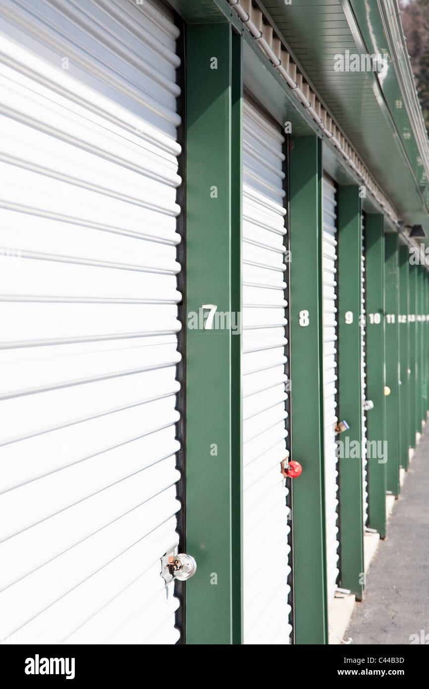 Eine Reihe von gesperrten Speichereinheiten an einem Self-storage Stockbild
