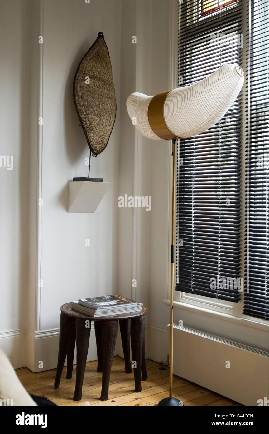 Isamu Noguchi Akari Lampe Durch Fenster Mit Jalousien Und Ethnischen
