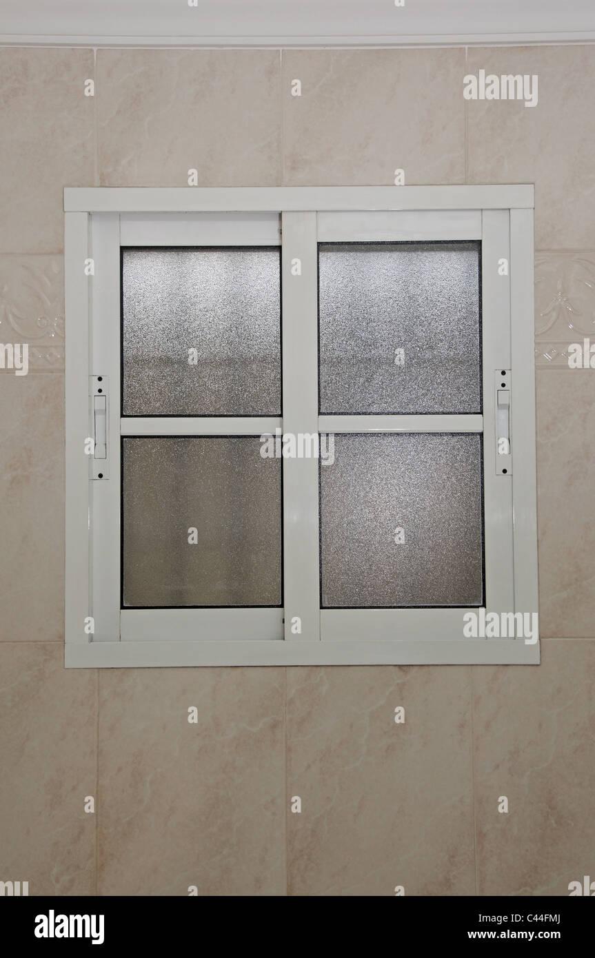 Badezimmer Fenster aus Aluminium mit satiniertem Glas ...