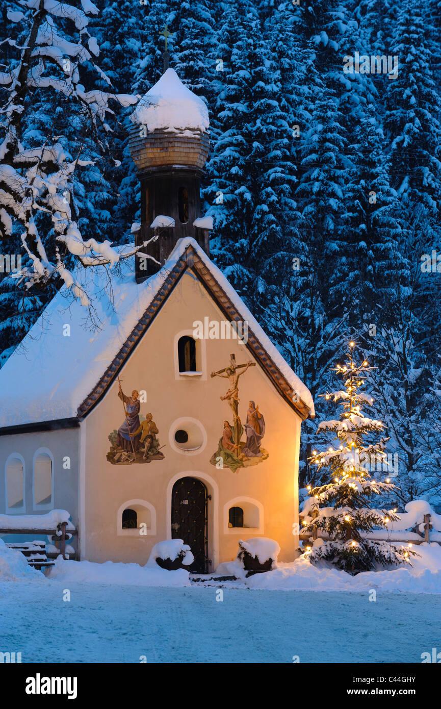 weihnachten kapelle im winter mit schnee in der nacht und. Black Bedroom Furniture Sets. Home Design Ideas