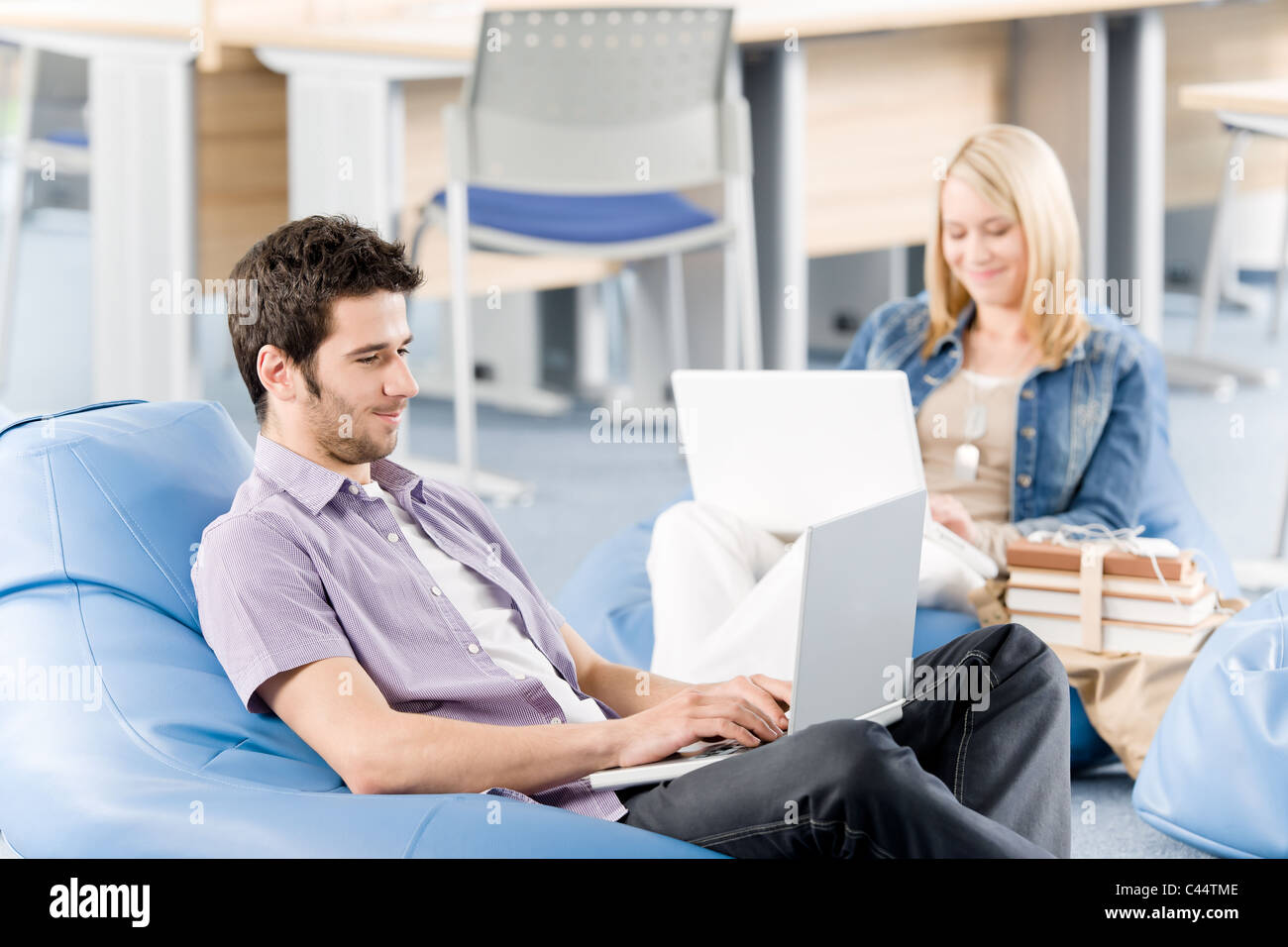 Schüler an der High School oder Universität arbeiten auf dem Laptop zu studieren Stockbild