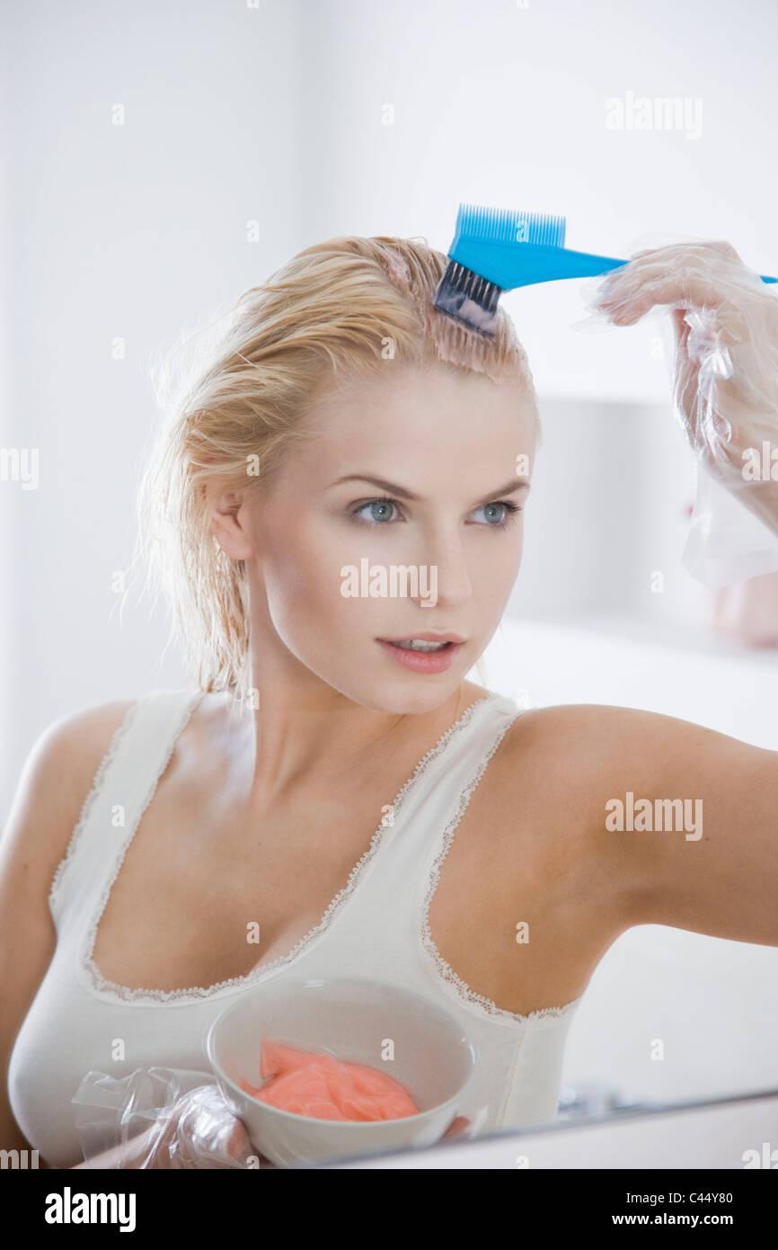 Frau Färbung Haare Stockbild