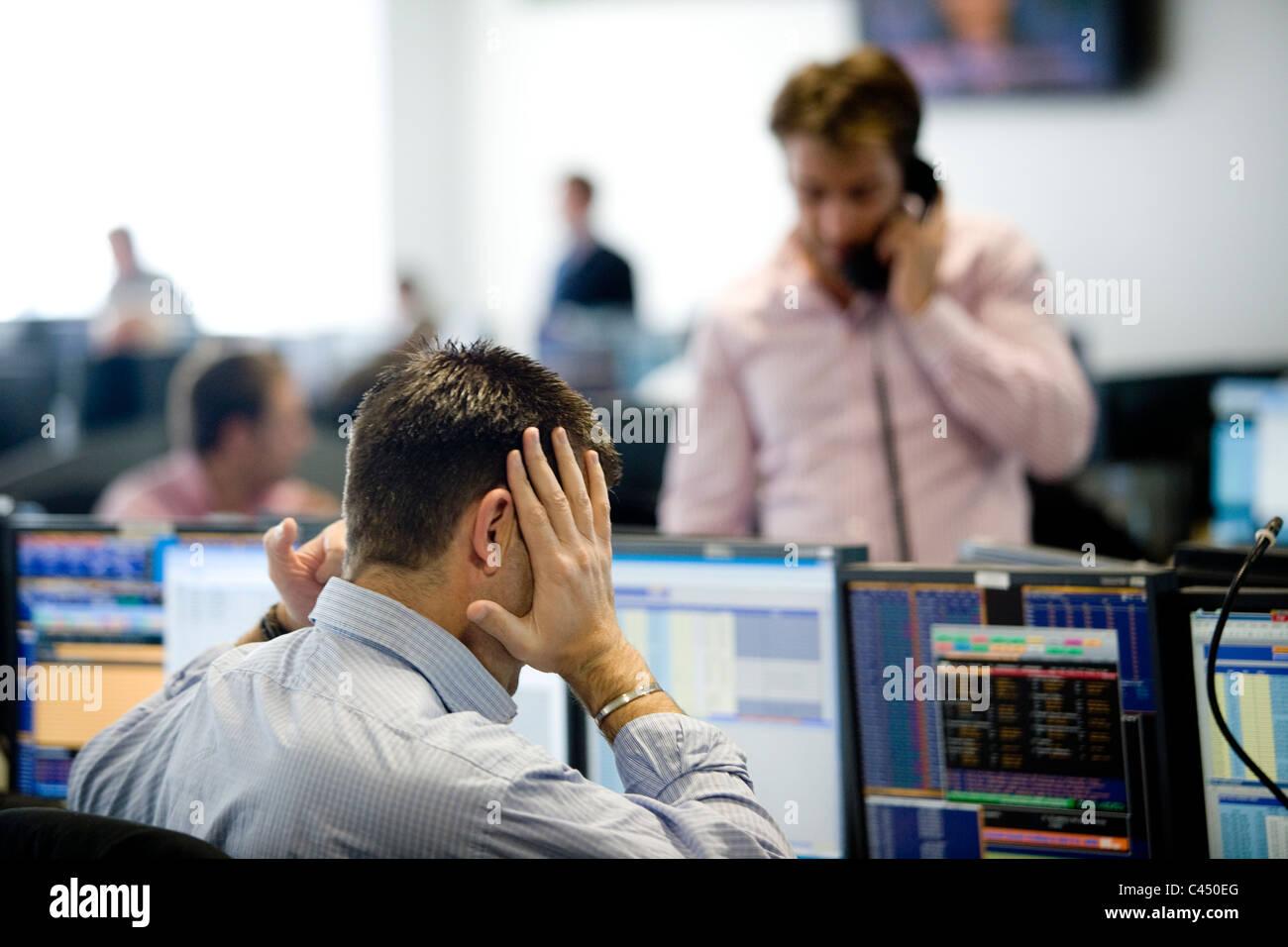 BGC Stimme + elektronische Brokerfirma Handelsraum, konkurrieren Händler auf Aktien Preise im finanziellen Stockbild