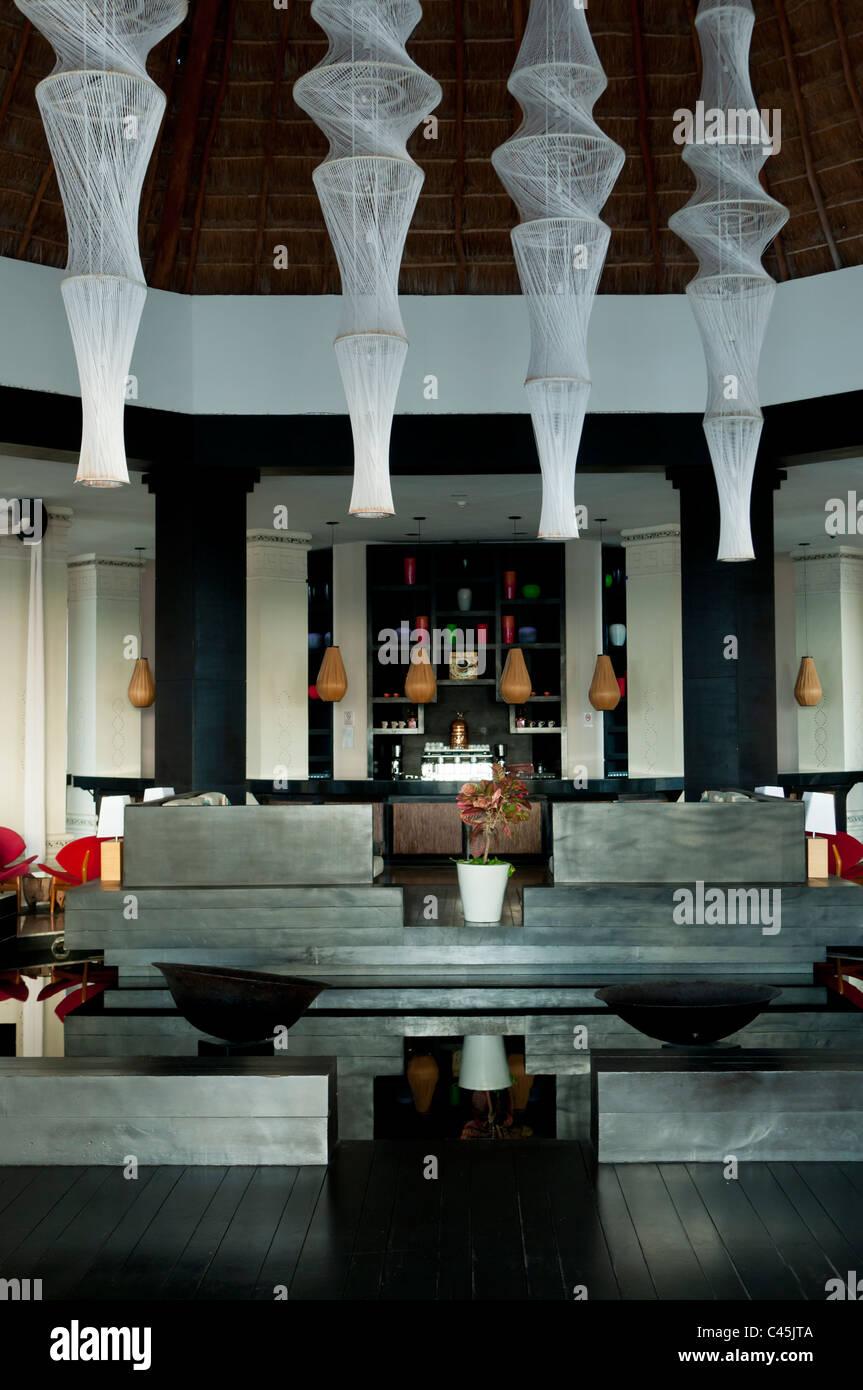 https://c8.alamy.com/compde/c45jta/das-interieur-der-lobby-in-einem-resort-an-der-riviera-maya-von-der-halbinsel-yucatan-mexiko-westliche-karibik-spiral-lampen-c45jta.jpg