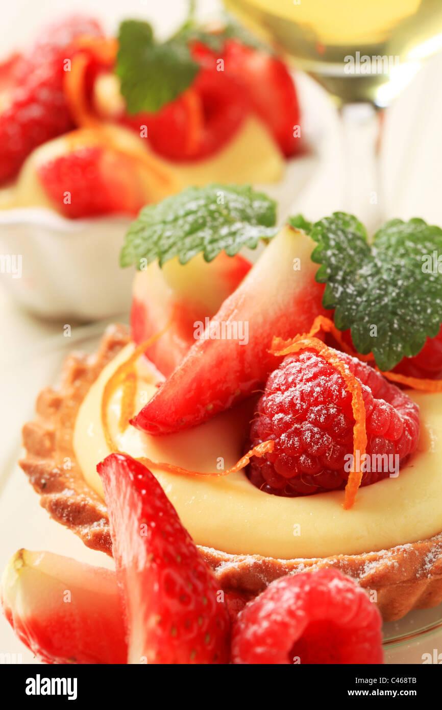 Dessert - kleine Puddingtörtchen mit frischen Früchten Stockbild