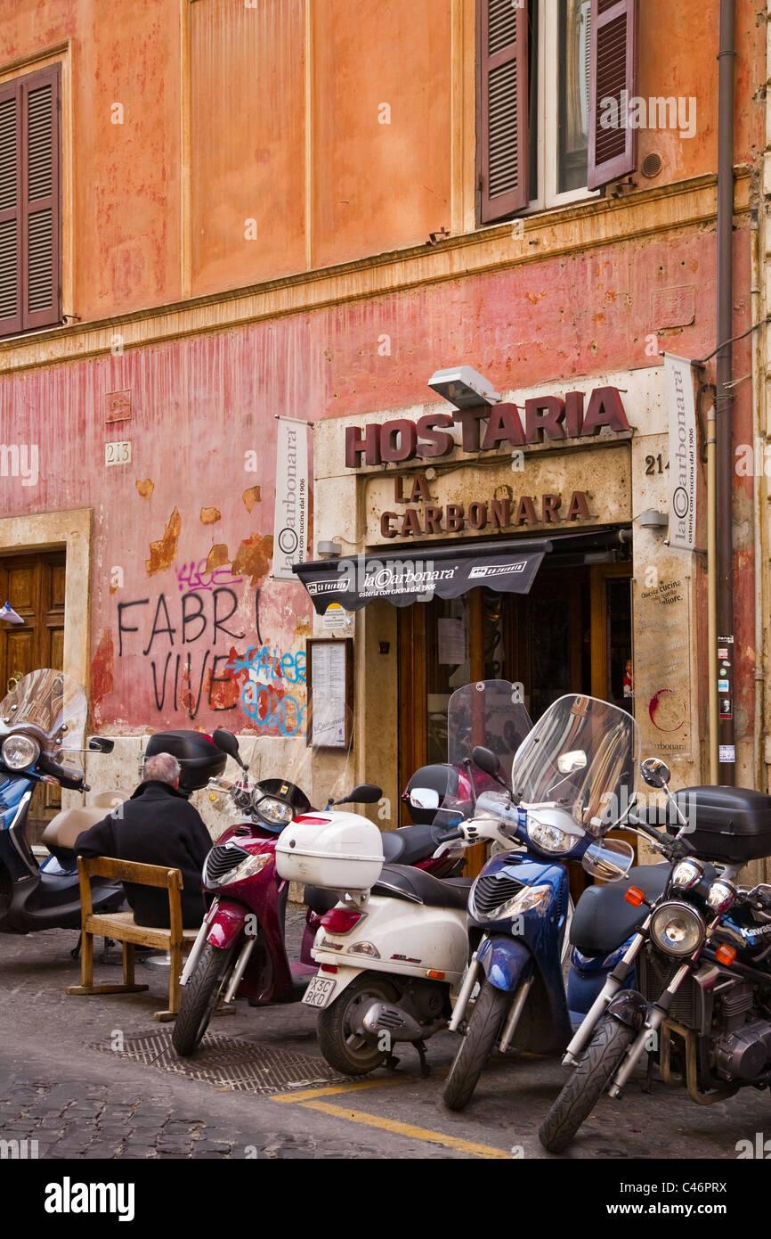Roller parkten außerhalb ein exzellentes Restaurant in Rom Stockbild