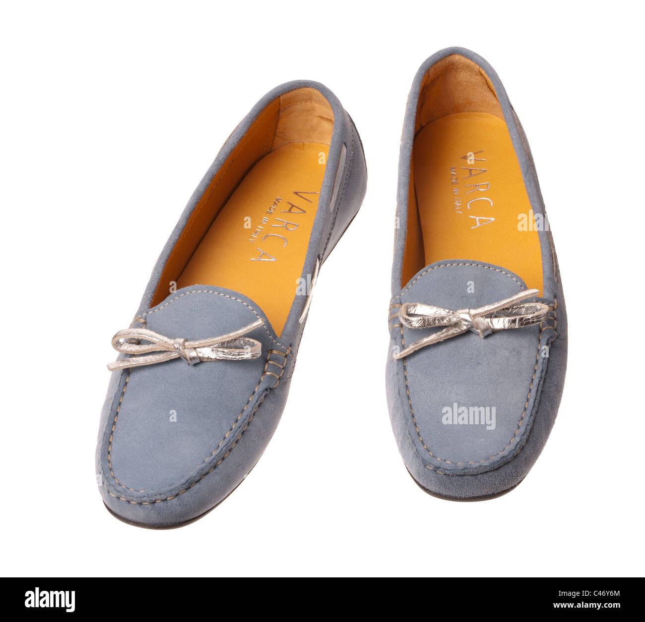 Ein paar Sommer blau Veloursleder Loafer Schuhe mit silbernen Bögen Stockbild