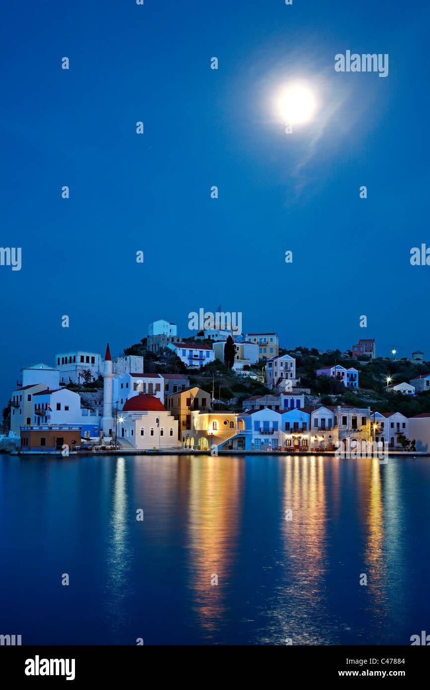 """Nachtansicht (Vollmond) von dem malerischen Dorf von Kastellorizo (oder """"Meghisti"""") Insel, Dodekanes, Griechenland Stockfoto"""