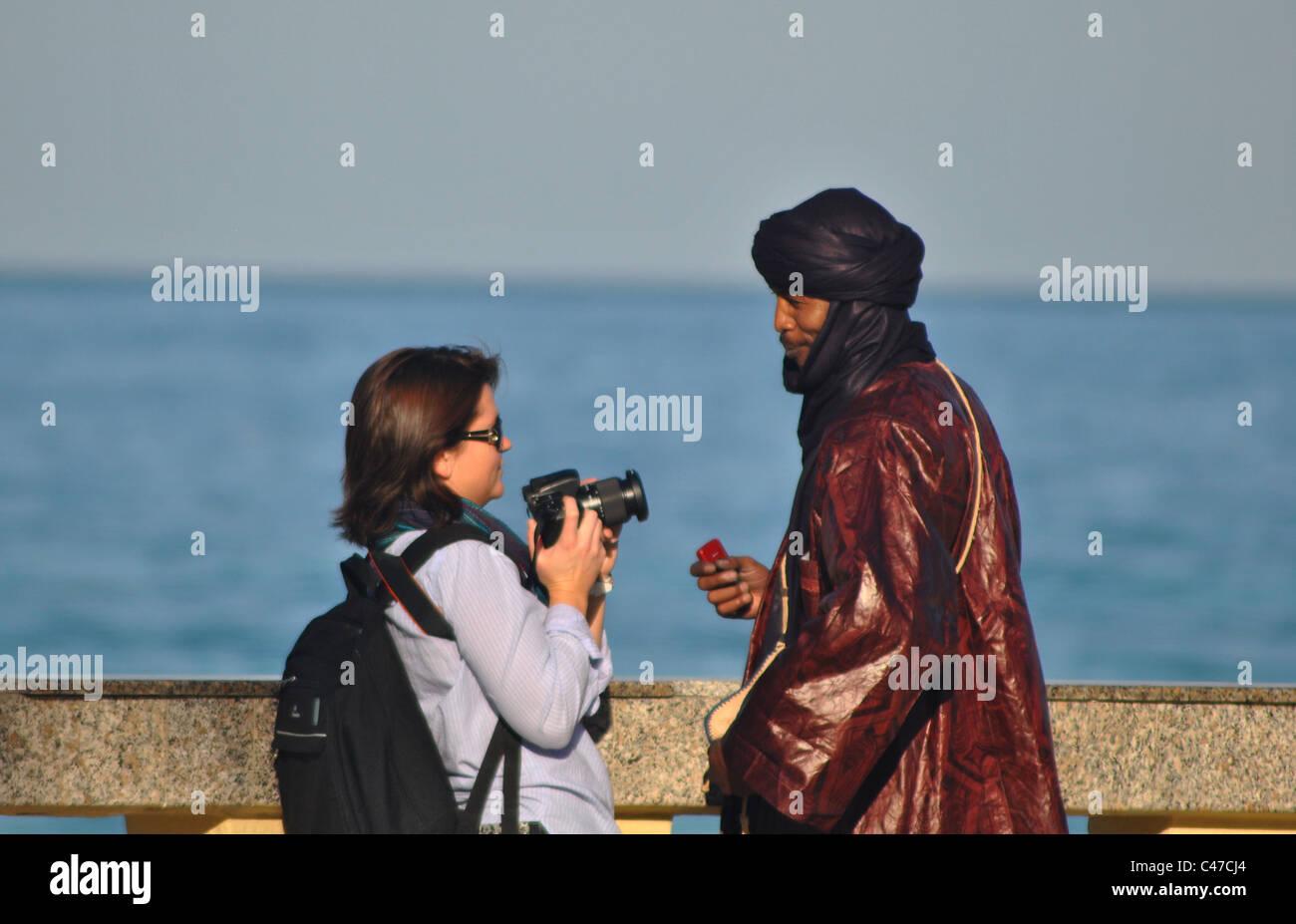 Frau, die ein Foto von ein tunesischer Mann in Sousse, Tunesien Stockbild