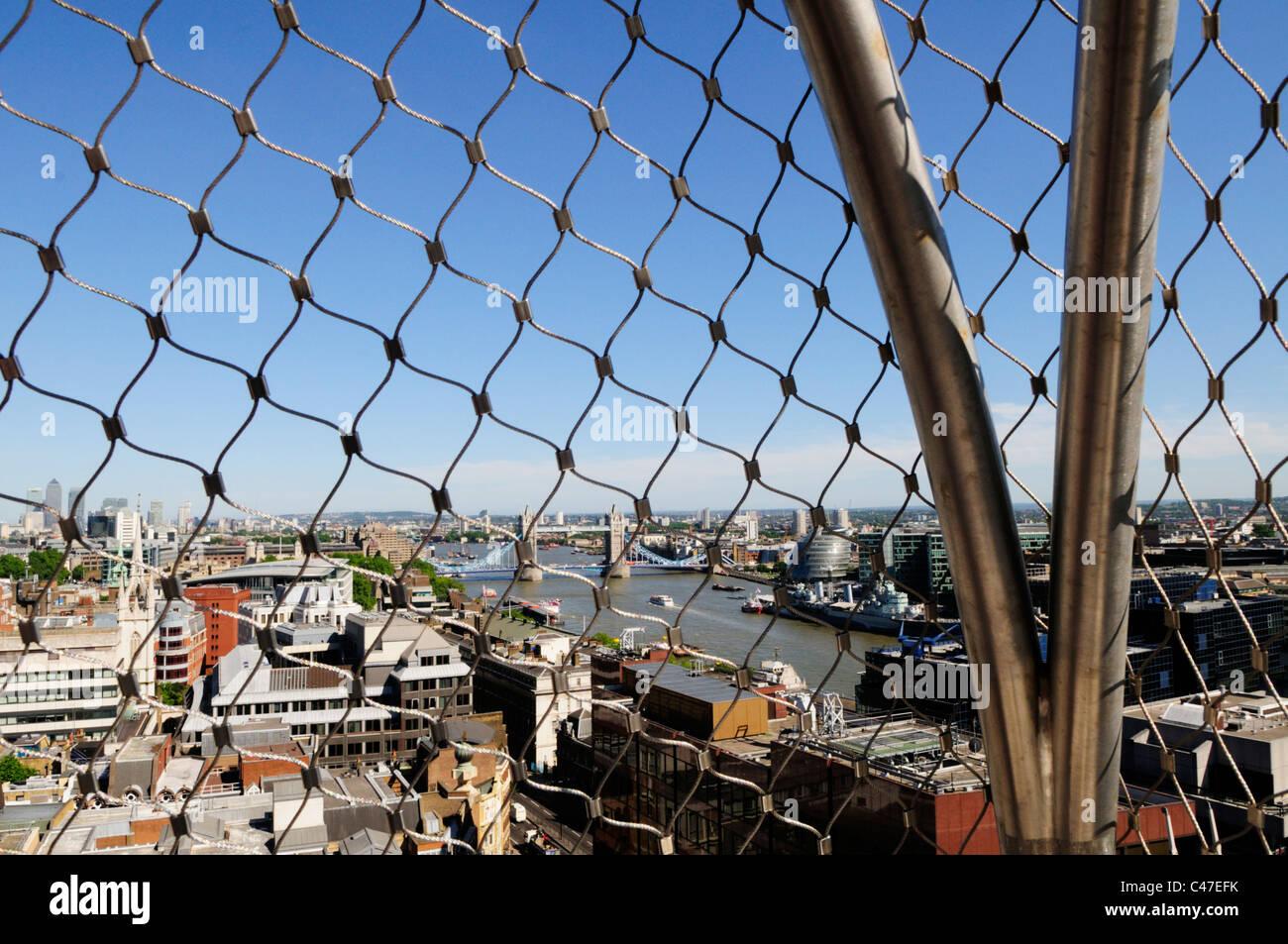 Tower Bridge gesehen durch den Sicherheitsdraht auf das große ...