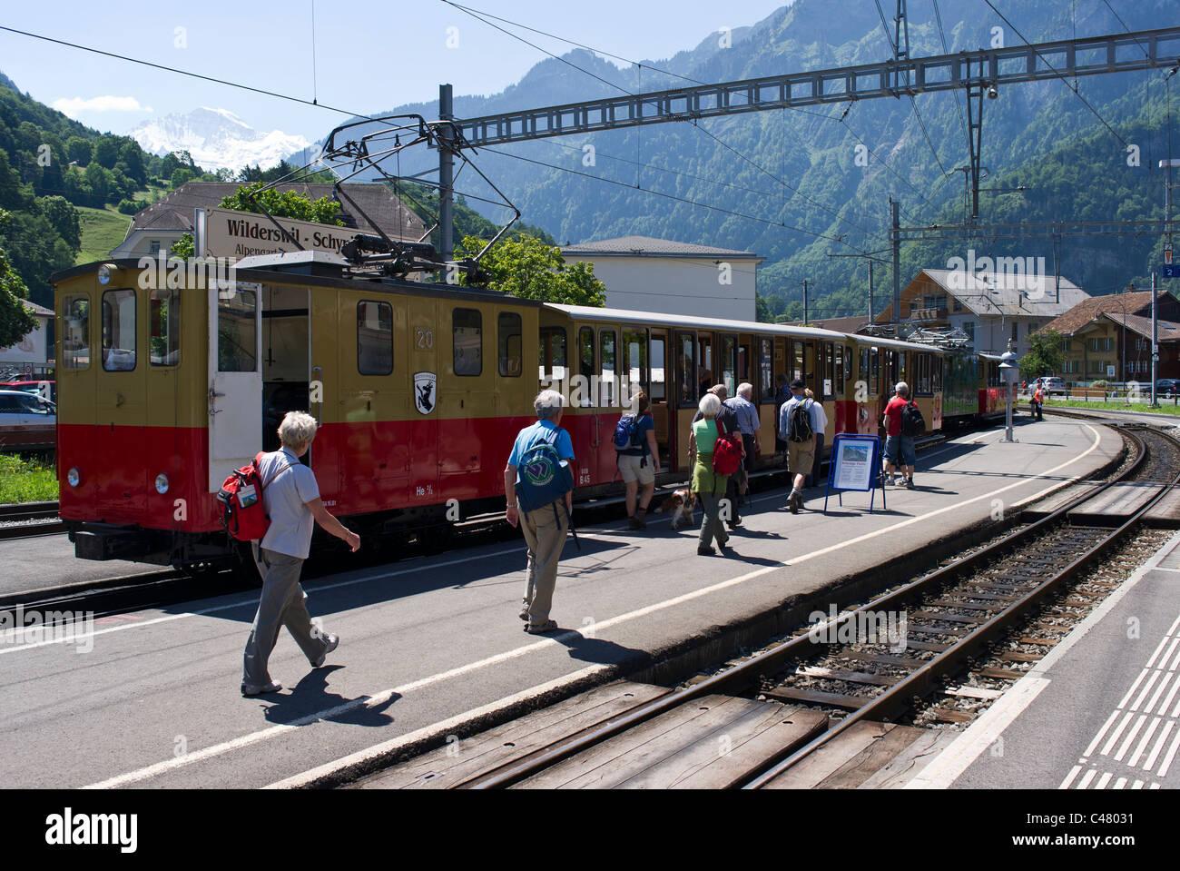 Englische Touristen Ein Zug Im Bahnhof Wilderswil In Der