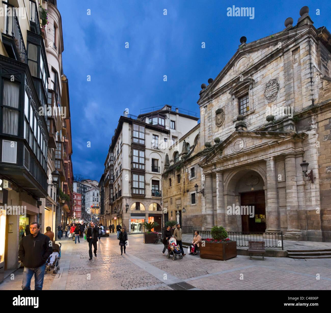 Geschäfte und Catedral de Santiago, historische Altstadt (Casco Viejo), Bilbao, Bizkaia, Baskenland, Spanien Stockbild