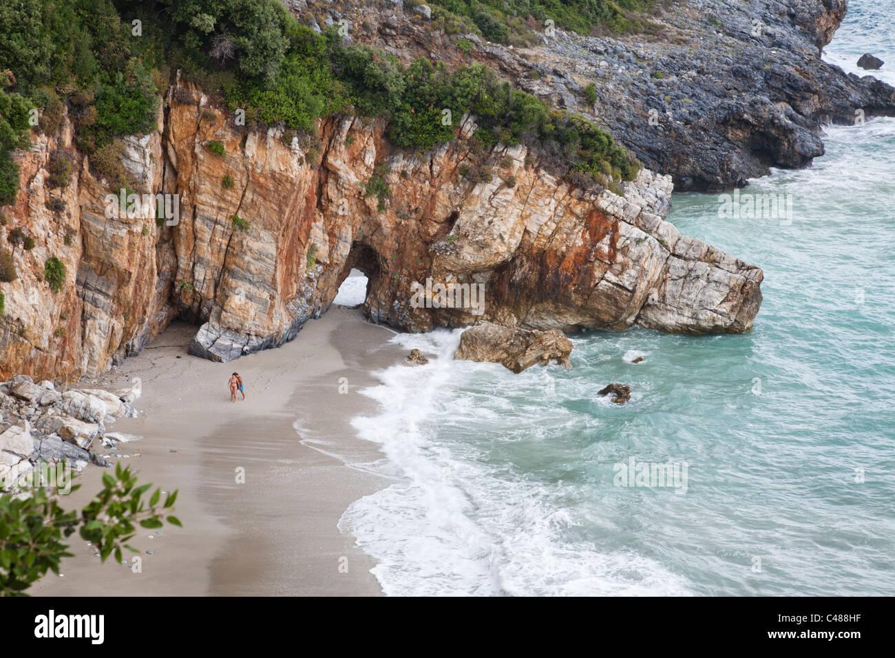 Natürlich getunnelte Felsen Strand Mylopotamos, Pilion-Halbinsel, Griechenland Stockbild