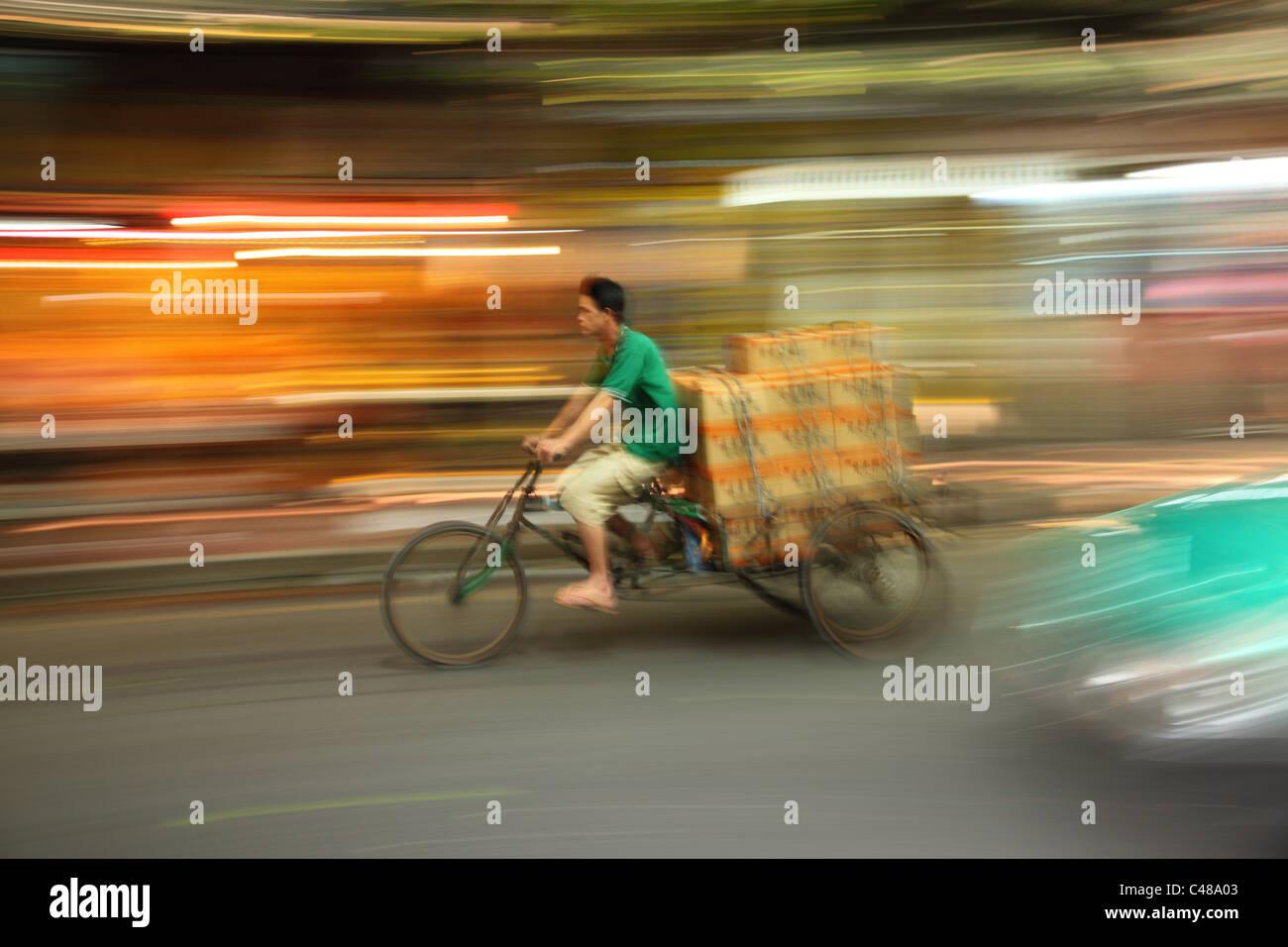 Unscharfe Bewegungsaufnahme der Rikscha, Guangzhou, China Stockbild