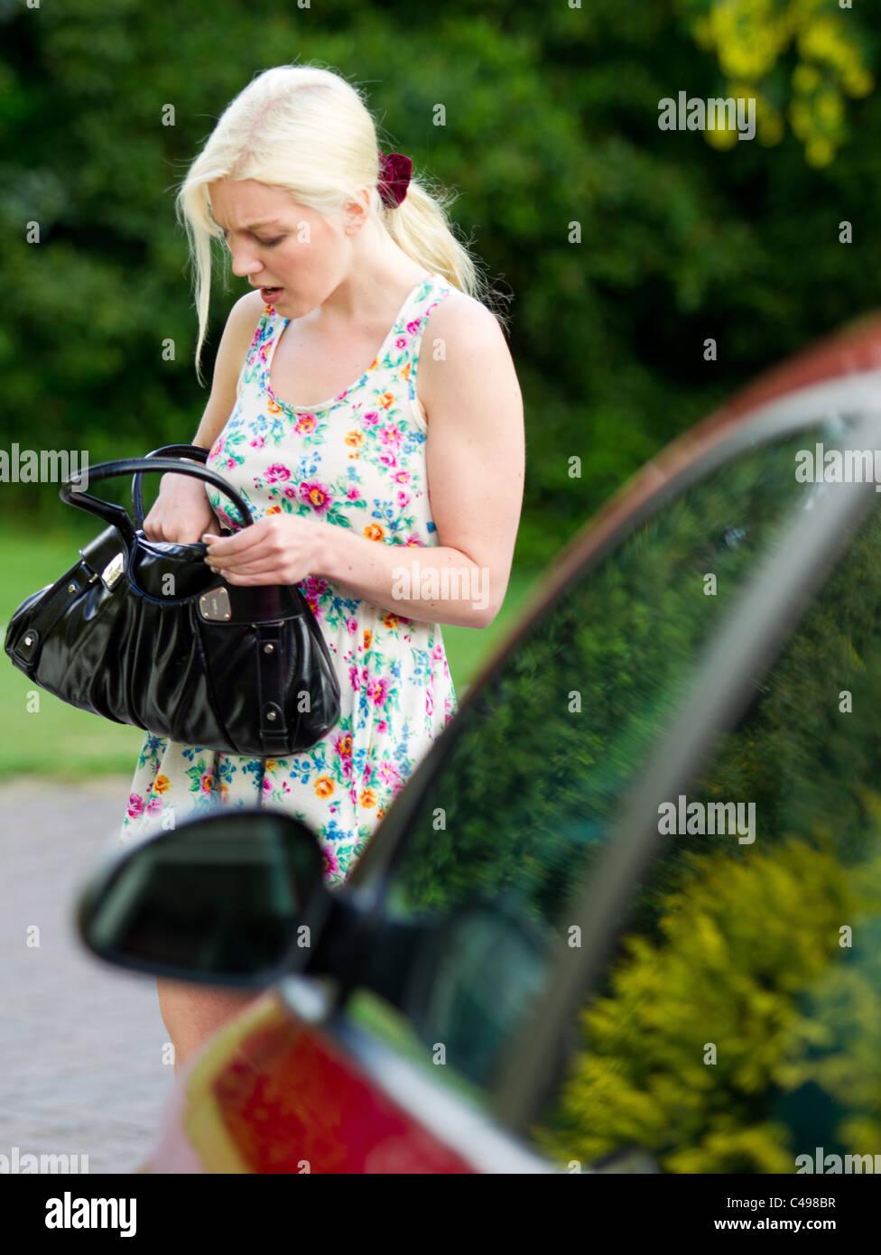 Frau auf der Suche nach ihrer verlorenen Schlüsseln Stockbild