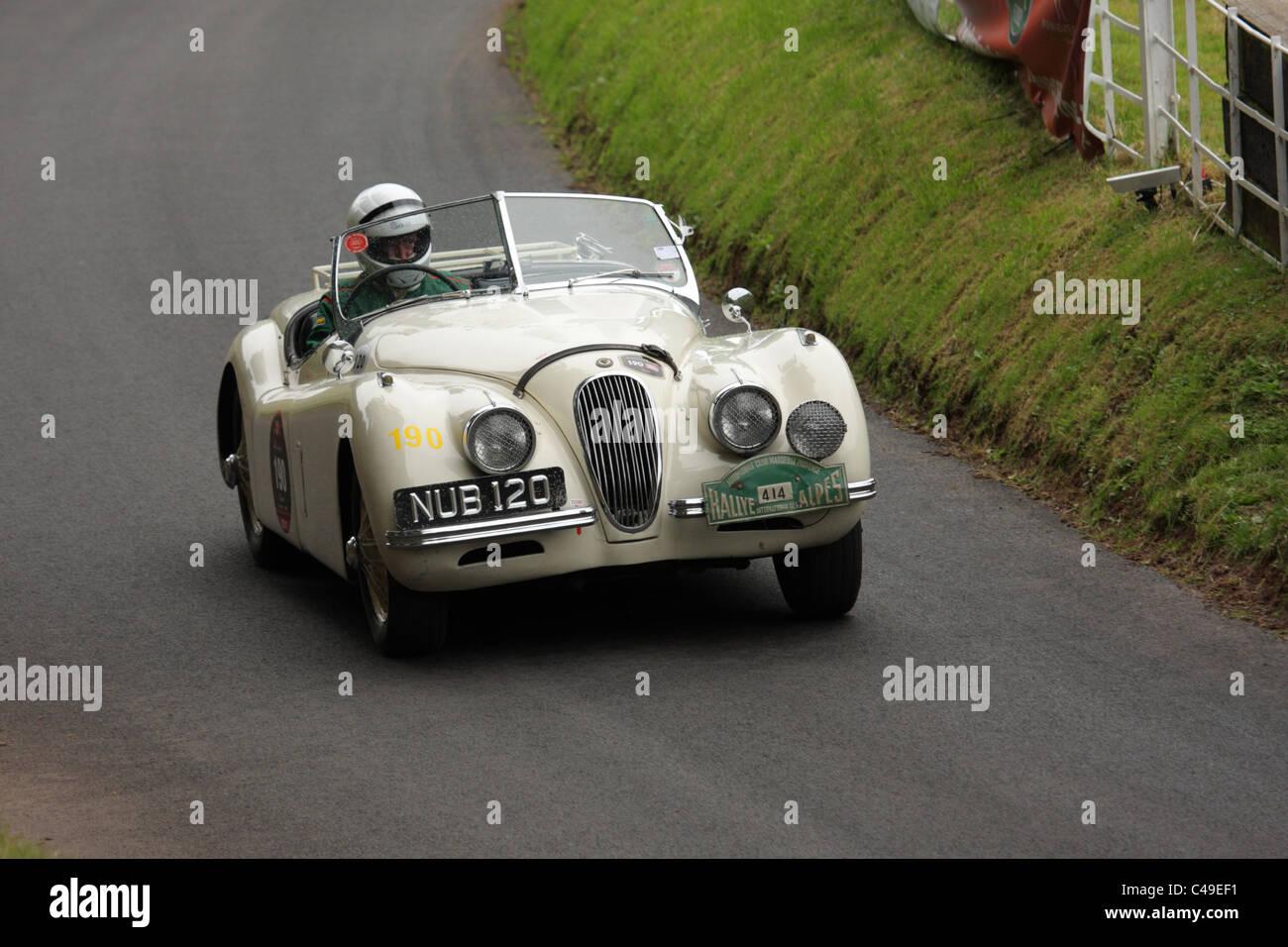 Ein Jaguar XK120 Shelsley Walsh Hill climb, Worcestershire, England, während die Jaguar-Jahr-Feier im Juni Stockbild