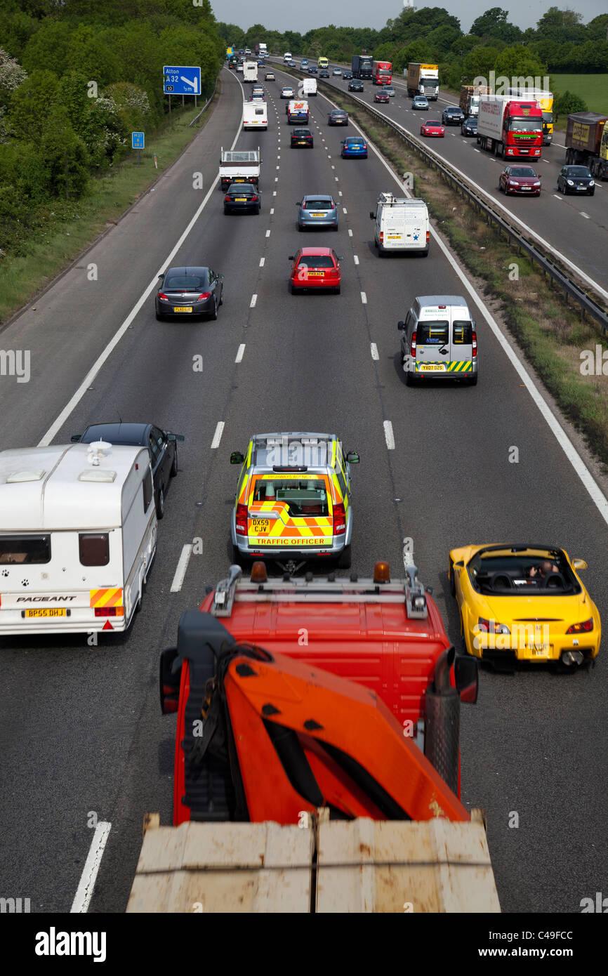 Autobahnverkehr M27 Autos UK Lane Straße schnell Staus Vollstrom fließt beschäftigt bewegen Sie LKW Stockbild