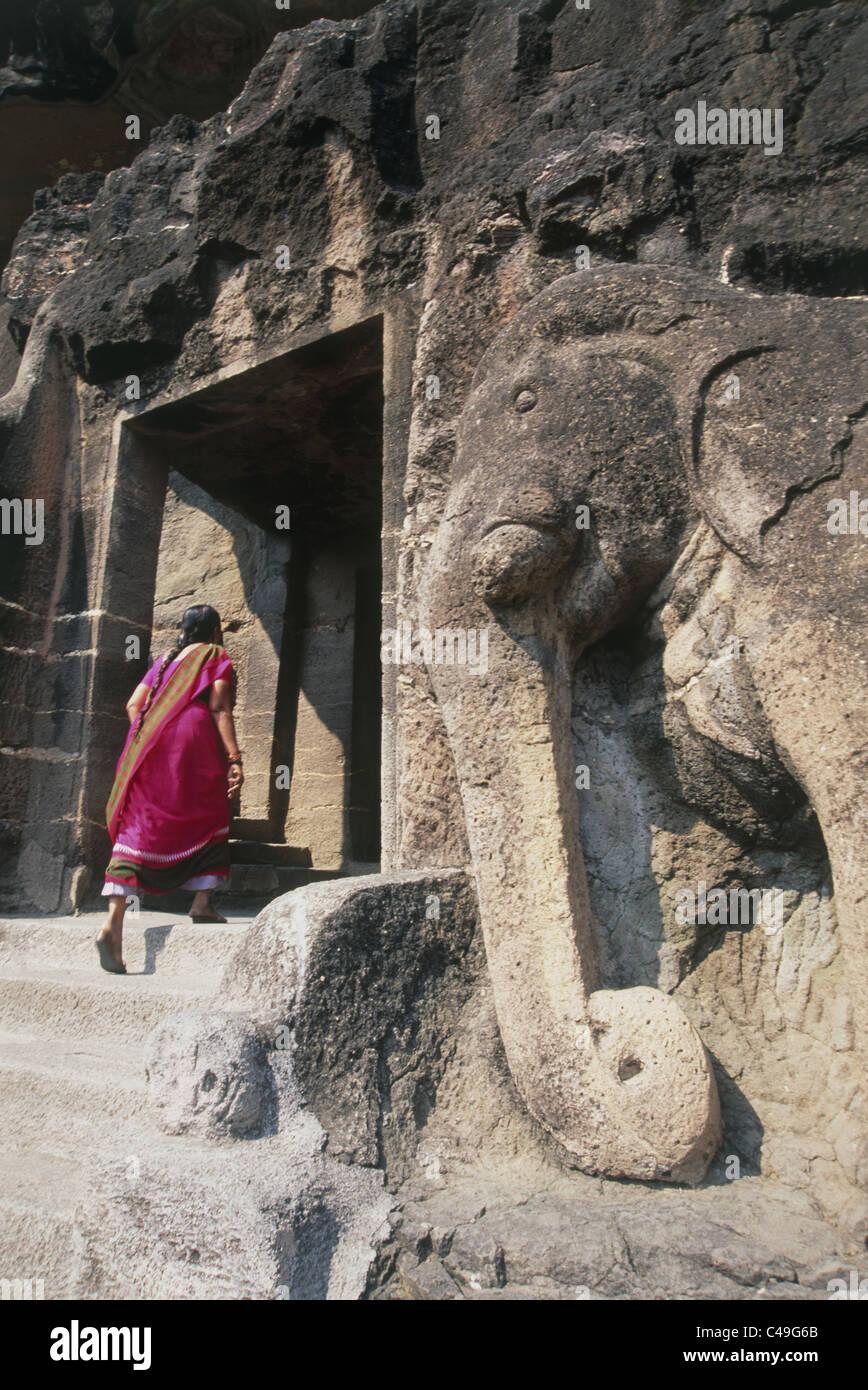 Foto von einer indischen Frau, die in einem Schrein in den Höhlen von Ajanta in Indien Stockbild