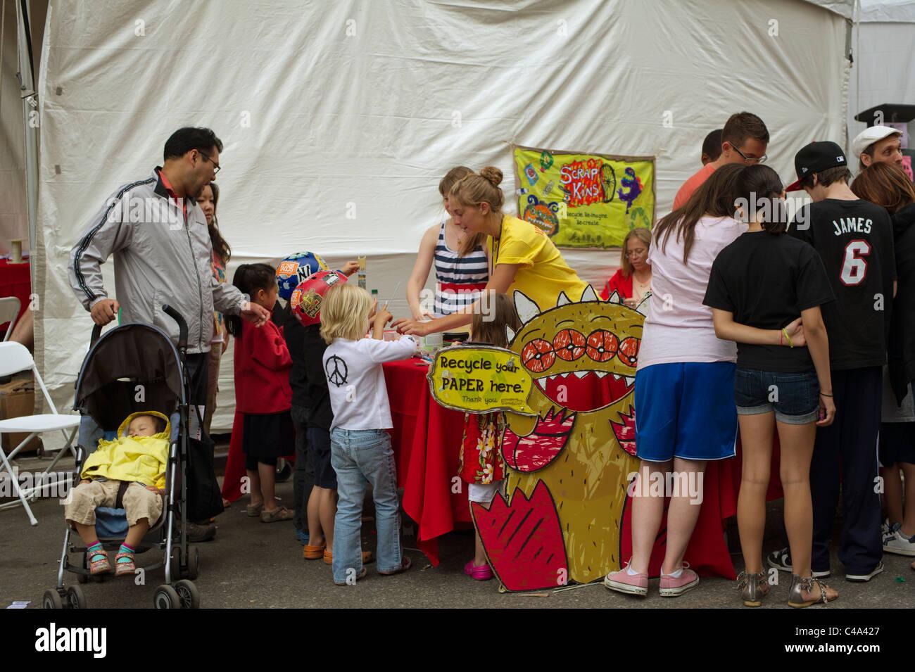 Besucher der World Science Festival Street Fair machen Spielzeug aus Recycling-Papier-Produkte Stockbild